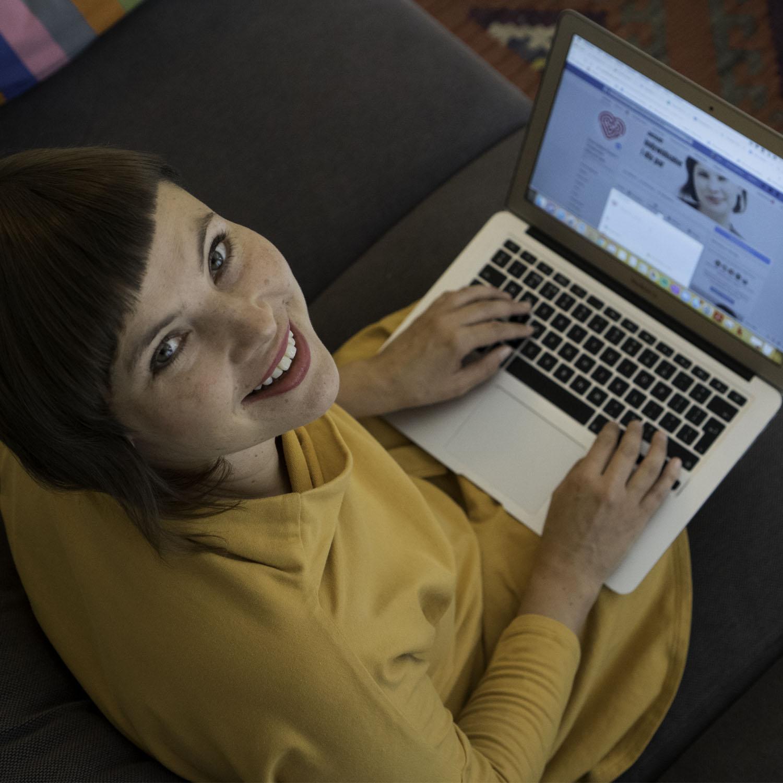 Ewa Cetera z komputerem portret, widok z góry